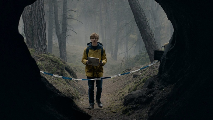 jonas kahnwald at the caves of Winden in Dark season 1