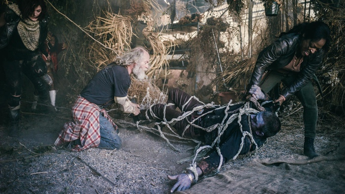Murphy attacked by weed and rescued by Warren and Doc in Z nAtion season 2