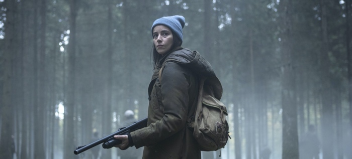 Laurene Weiss in the forest with a gun in Zone Blanche/Black Spot season 1