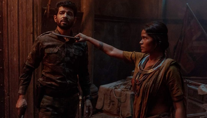 Puniya holding a sickle to Vikram's throat in Betaal season 1