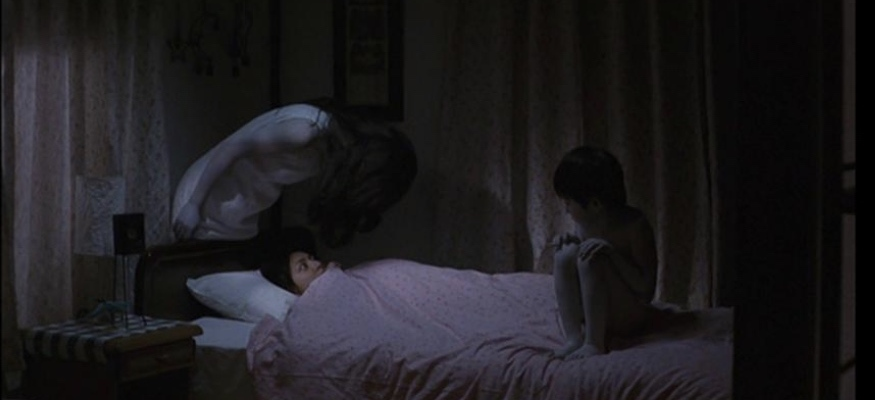 Hitomi scared by Kayako and Toshio in bed in Ju-on The Grudge 2002
