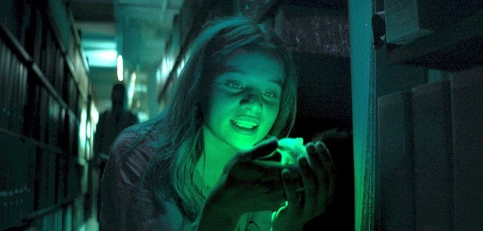 Mia holding a glowing mouse in Biohackers season 1